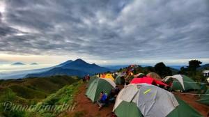Camp dengan pemandangan langsung ke gunung sindoro sumbing